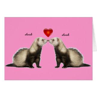 Beijando o cartão dos namorados das doninhas