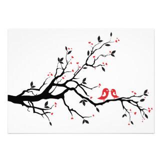 Beijando pássaros do amor na árvore com corações v convites personalizados