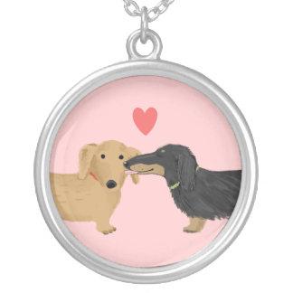Beijo do Dachshund com coração no rosa Colar Personalizado