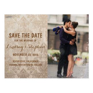 Beijo romance do casal na fonte/economias a data cartão postal