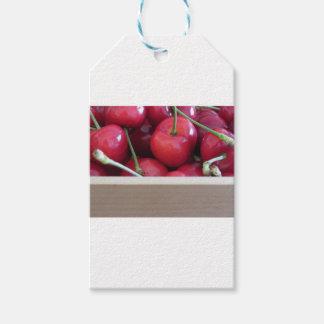 Beira de cerejas frescas no fundo de madeira etiqueta para presente