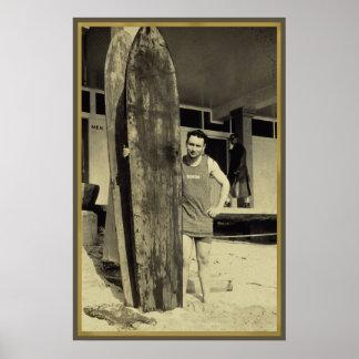 Beira-mar que surfa no fã de esportes do surf do v pôster