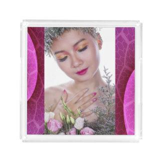 Beleza e bandeja fúcsia decorativa das flores