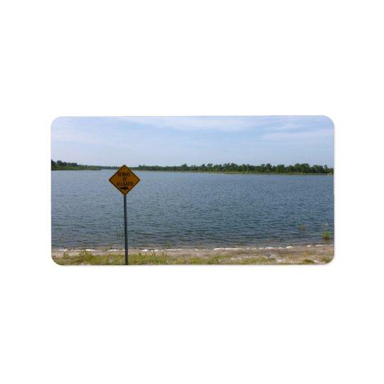 Beware do sinal do jacaré pela lagoa etiqueta de endereço
