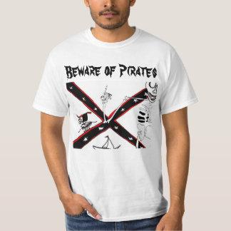 Beware dos piratas camiseta