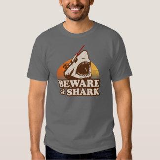 Beware dos tubarões com raios laser de Frickin Camisetas
