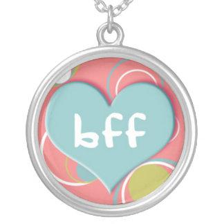 BFF no coração no fundo cor-de-rosa retro Colar Com Pendente Redondo