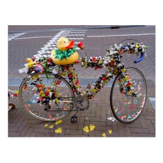 Bicicleta amarela engraçada legal do pato em cartão postal