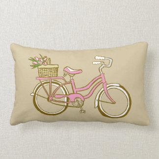 Bicicleta cor-de-rosa bonito com tulipas travesseiro de decoração