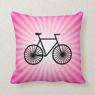 Bicicleta cor-de-rosa travesseiros de decoração