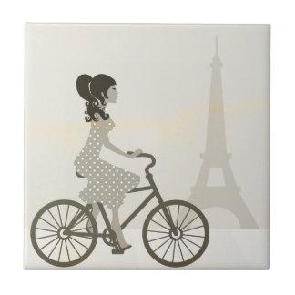 Bicicleta da menina em Paris, torre Eiffel do