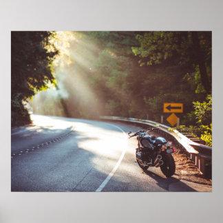Bicicleta/motocicleta na estrada poster