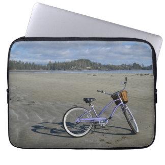 Bicicleta na praia sleeve para notebook