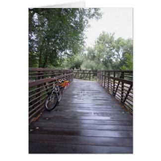 Bicicleta no cartão chuvoso da ponte