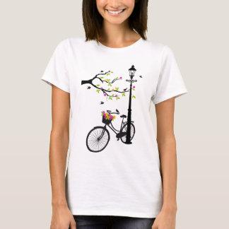 Bicicleta velha com lâmpada, cesta da flor, camiseta