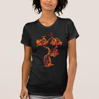 Bicicleta vermelha corajosa do ciclismo camiseta
