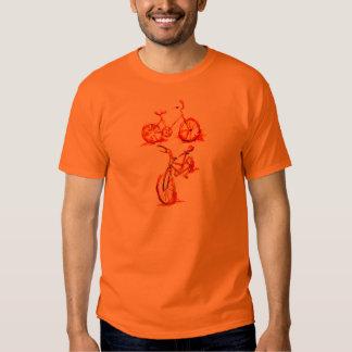 Bicicleta vermelha corajosa do ciclismo camisetas