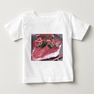 Bife marmoreado cru fresco da carne camiseta para bebê