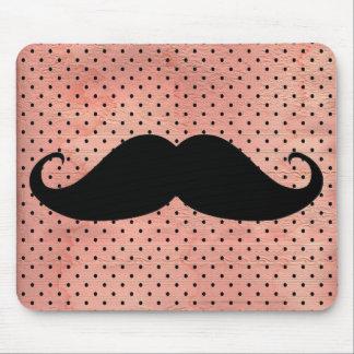 Bigode engraçado no fundo cor-de-rosa bonito das b mouse pads