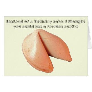 Biscoito de fortuna contra o bolo de aniversário cartão comemorativo