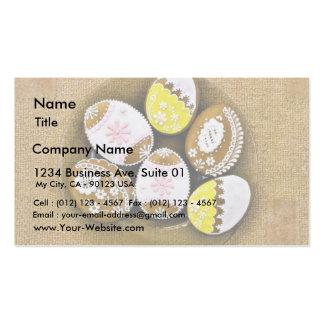 Biscoitos dados forma ovo da páscoa na placa modelos cartões de visitas