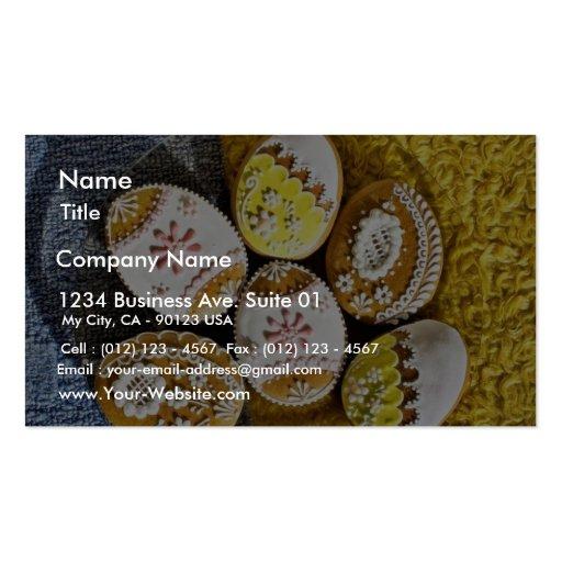 Biscoitos dados forma ovo da páscoa na placa no am cartões de visita