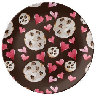 Biscoitos dos pedaços de chocolate pratos de porcelana