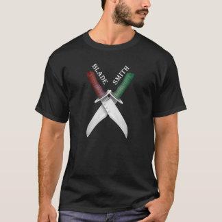 Bladesmith com as facas de Bowie cruzadas - camisa