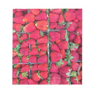Bloco De Anotação Caixas enchidas com as morangos vermelhas
