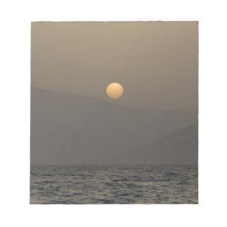 Bloco De Anotação Por do sol sobre montanhas da ilha de Paros