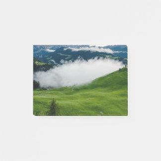 Bloco De Notas Parte superior verde completa da montanha com
