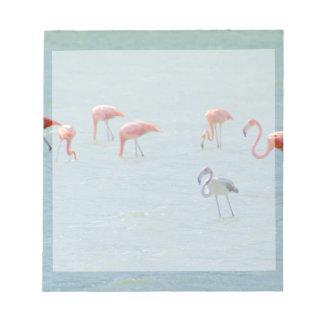 Bloco De Notas Rebanho cinzento e cor-de-rosa dos flamingos no