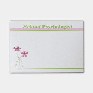 Bloco De Notas Rosa do psicólogo da escola e notas pegajosas