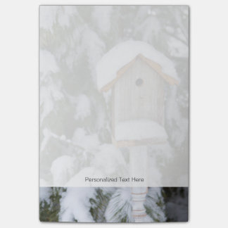 Bloco Post-it Birdhouse perto do pinheiro no inverno