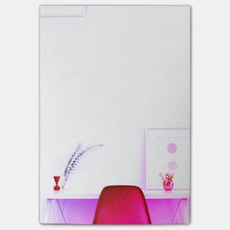 Bloco Post-it Cadeira do professor do rosa quente da mesa de