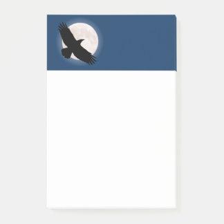 Bloco Post-it Corvo do vôo com a lua atrás dela