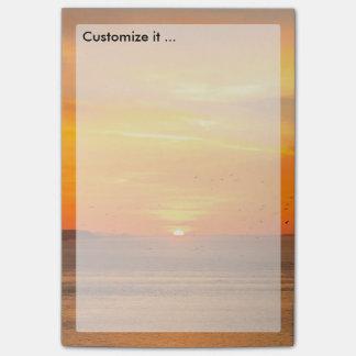 Bloco Post-it Costa do por do sol com Sun alaranjado e pássaros