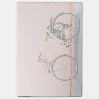 Bloco Post-it Roda cor-de-rosa da bicicleta dois da cesta da