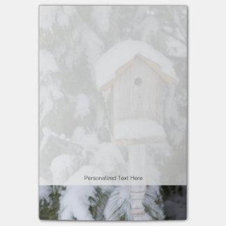 Bloquinho De Notas Birdhouse perto do pinheiro no inverno