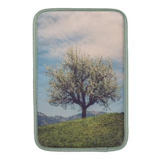 Blossom on tree a em Switzerland hill Bolsa Para MacBook Air