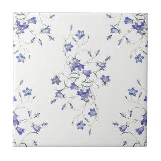 Bluebells no azulejo cerâmico branco do impressão