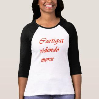 """Blusa com frase em latim """"Cartigat ridendo mores"""" Camiseta"""