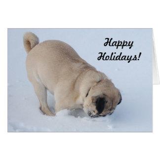 Boas festas Pug que escava na neve Cartão