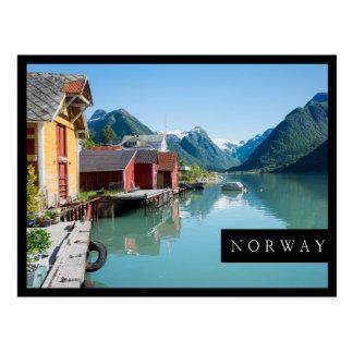 Boathouses e um fiorde no cartão preto do quadro