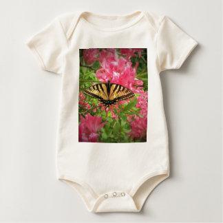 Body Para Bebê A borboleta de Swallowtail senta-se em azáleas