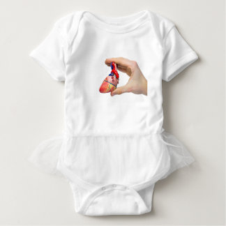 Body Para Bebê A mão guardara o coração humano modelo entre os