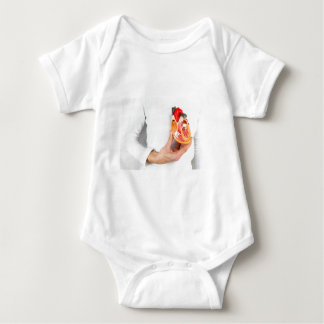 Body Para Bebê A mão guardara o modelo humano do coração no corpo