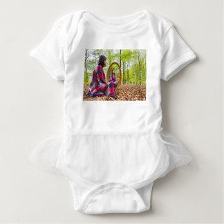 Body Para Bebê A mulher senta-se com o espelho na floresta