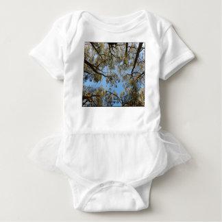 Body Para Bebê Árvores de goma contra um céu azul