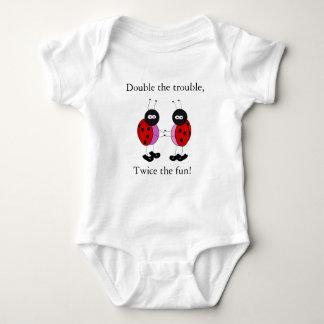 Body Para Bebê As meninas gêmeas dobram os joaninhas do problema